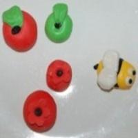 בצק סוכר בצורת תפוחים ודבורה לראש השנה