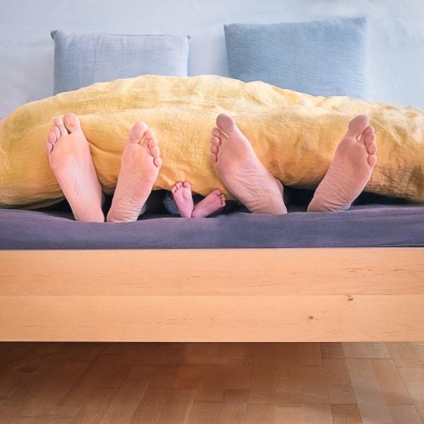 מונה של הרגליים של הורים וילדים