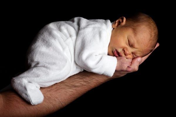 אבא מחזיק תינוק