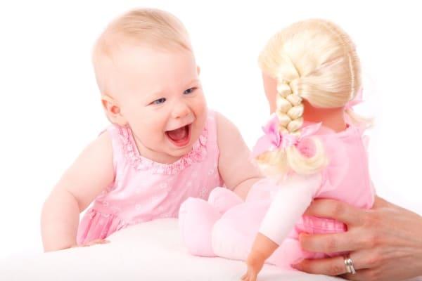 תינוקת עם בובה