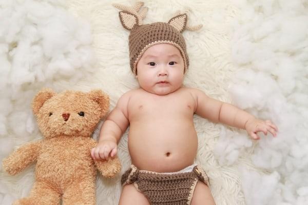 תינוק עם חליפה מענינית ודובי