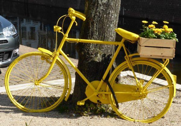 אופניים בצבע צהוב עם פרחים